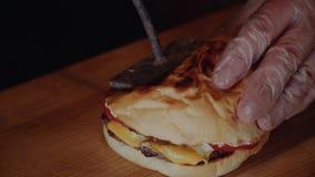 Kucharz stawia hamburger dalej wodden serv deskę Szef kuchni robi hamburgerowi zbiory