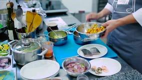 Kucharz stawia sałatki w nieckę zbiory wideo