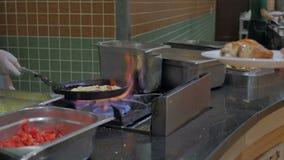 Kucharz w hotelowym restauracyjnym dłoniaku omlet z składnikami od warzyw Jajka dla śniadania w bufecie zbiory wideo