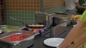 Kucharz w hotelowym restauracyjnym dłoniaku omlet z składnikami od warzyw Jajka dla śniadania w bufecie zdjęcie wideo