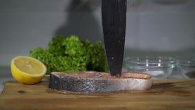 Kucharz zabija nóż w desce zbiory