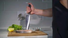 Kucharz zabija nóż w desce zdjęcie wideo