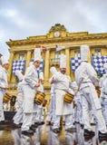 Kucharzi bębni przy Tamborrada bęben parada świętowali Patronackiego lajkonika San Sebastian, Hiszpania zdjęcie stock