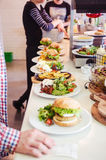 Kucharzi przygotowywa naczynia przy restauracją Obrazy Royalty Free
