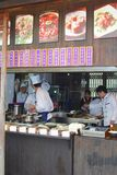 Kucharzi przygotowywają posiłki w wp8lywy oddalonej restauraci w wodnym grodzkim Wuzhen, Chiny Fotografia Stock