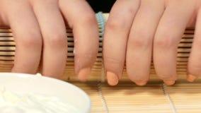 Kucharzi staczają się suszi rolkę z bambus matą zbiory