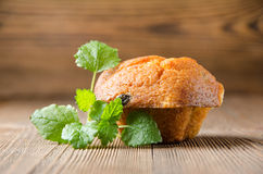 Kuchen auf braunem hölzernem Hintergrund lizenzfreies stockbild