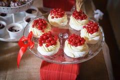 Kuchen auf dem Kuchenstand Lizenzfreies Stockfoto