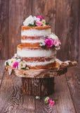 Kuchen auf einem hölzernen Schnittstand Stockfotografie