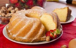 Kuchen auf einer Platte Lizenzfreie Stockfotos