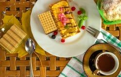 Kuchen auf einer Platte mit einem Tasse Kaffee Stockbilder