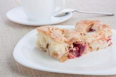 Kuchen auf weißem Teller Lizenzfreie Stockfotografie