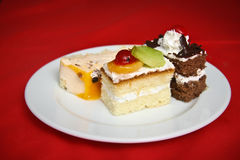 Kuchen auf weißer Platte Lizenzfreies Stockbild