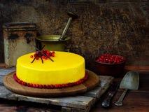 Kuchen bedeckt mit einer Verspiegelung, verziert mit Moosbeeren und Schokoladendekor Moderner russischer Honigkuchen Stockbilder