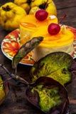 Kuchen bedeckt mit Quittenmarmelade Stockfoto