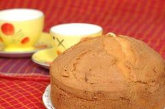 Kuchen der frischen Frucht gedient mit Tee Lizenzfreie Stockfotos