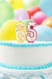 Kuchen, der 65. Geburtstag feiert Lizenzfreies Stockfoto