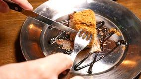 Kuchen, der mit Gabel und Messer geschnitten wird Schließen Sie herauf Schuss stock video footage