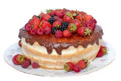 Kuchen in der Schokoladenglasur mit frischen Beeren auf weißem Hintergrund Lizenzfreies Stockbild