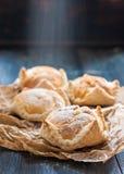 Kuchen des Blätterteiges und der Choux Gebäck, Eclairs mit Vanillepudding Stockfotografie
