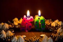 Kuchen des Geburtstages 50 mit brennenden Kerzen Lizenzfreies Stockfoto