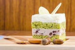 Kuchen des grünen Tees auf hölzernem Hintergrund, geschmackvoller Kuchen Lizenzfreie Stockfotos