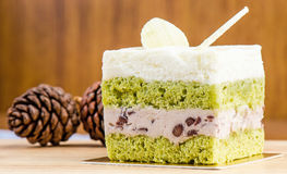 Kuchen des grünen Tees auf hölzernem Hintergrund, geschmackvoller Kuchen Lizenzfreies Stockfoto
