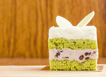 Kuchen des grünen Tees auf hölzernem Hintergrund, geschmackvoller Kuchen Lizenzfreies Stockbild
