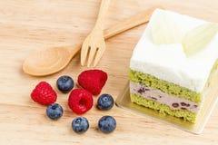 Kuchen des grünen Tees auf hölzernem Hintergrund, geschmackvoller Kuchen Stockfoto