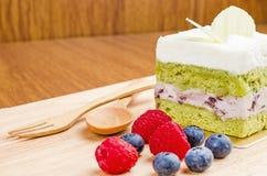 Kuchen des grünen Tees auf hölzernem Hintergrund, geschmackvoller Kuchen Stockbild