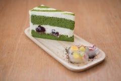 Kuchen des grünen Tees im hölzernen Behälter Stockfoto