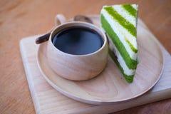 Kuchen des grünen Tees mit Kaffeefrühstückssatz Lizenzfreies Stockfoto