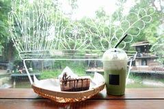 Kuchen des grünen Tees und der Schokolade am Café in Thailand Lizenzfreies Stockfoto