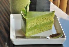 Kuchen des grünen Tees mit dem Teeblatt verziert Lizenzfreie Stockfotografie