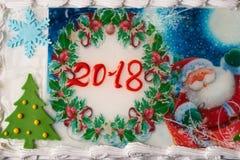 Kuchen des neuen Jahres oder des Weihnachten mit Dekoration 2018 des neuen Jahres Lizenzfreie Stockfotografie