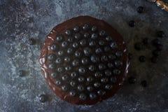 Kuchen des strengen Vegetariers Blaubeerverziert mit dem Schokoladenbereifen und -beeren, gut für Feiertage Stockbild