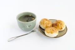 Kuchen des traditionellen Chinesen mit Tee Stockfotos