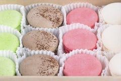 Kuchen in einem Kasten verschiedenen Farben, wie einem Nahaufnahmehintergrund stockfotos