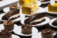 Kuchen in einer Platte Stockfotos