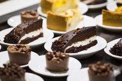 Kuchen in einer Platte Stockfoto