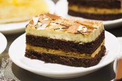 Kuchen in einer Platte Stockbilder