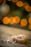 Kuchen in Form eines Herzens mit Dekoration Stockbilder