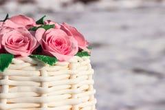 Kuchen in Form eines Korbes von Rosen Lizenzfreie Stockfotos