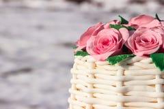 Kuchen in Form eines Korbes von Rosen Stockbilder
