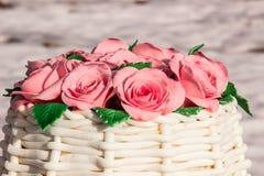 Kuchen in Form eines Korbes von Rosen Lizenzfreie Stockbilder