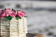 Kuchen in Form eines Korbes von Rosen Lizenzfreies Stockfoto