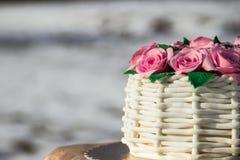 Kuchen in Form eines Korbes von Rosen Stockbild