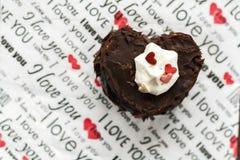 Kuchen in Form von dem Herzen mit der Aufschrift auf einer Serviette Stockbilder