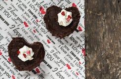 Kuchen in Form von dem Herzen mit der Aufschrift auf einer Serviette Stockfoto