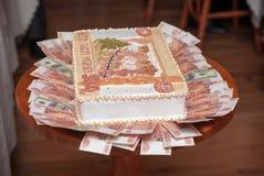 Kuchen in Form von russischen Bezeichnungen von fünf tausend Rubeln Stockfoto